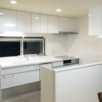 食器棚の撤去で視界が広がった明るいキッチン